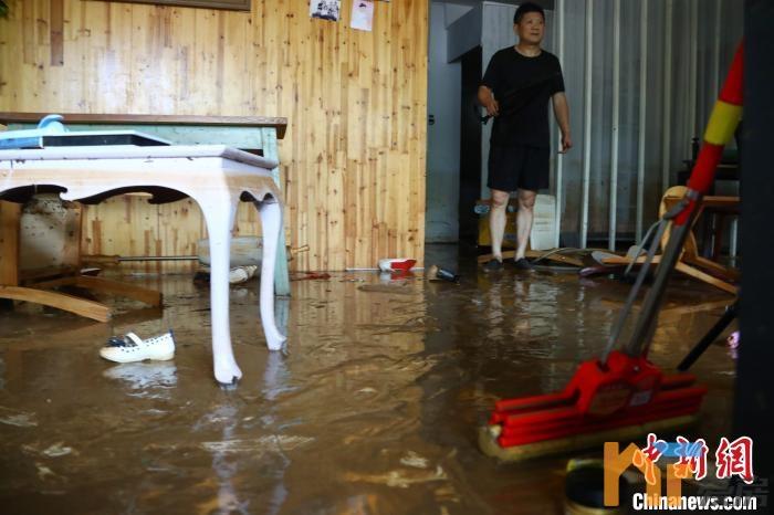 《【恒煊娱乐代理奖金】湾里招贤镇居民楼被淹!洪水齐腰深 城区一片泽国》